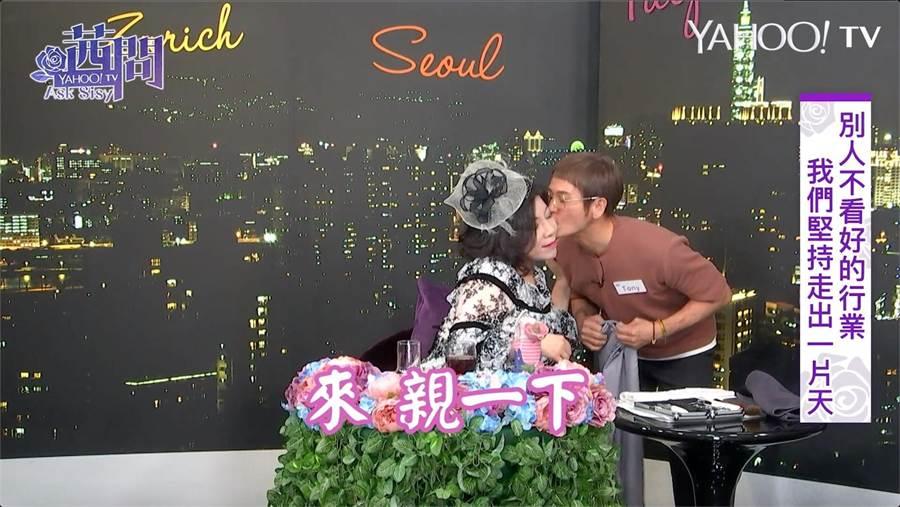 陳文茜現場「落髮」嗨到獻吻髮型師,自嘲「親吻老太婆是種慈善事業」。(圖/Yahoo TV提供)