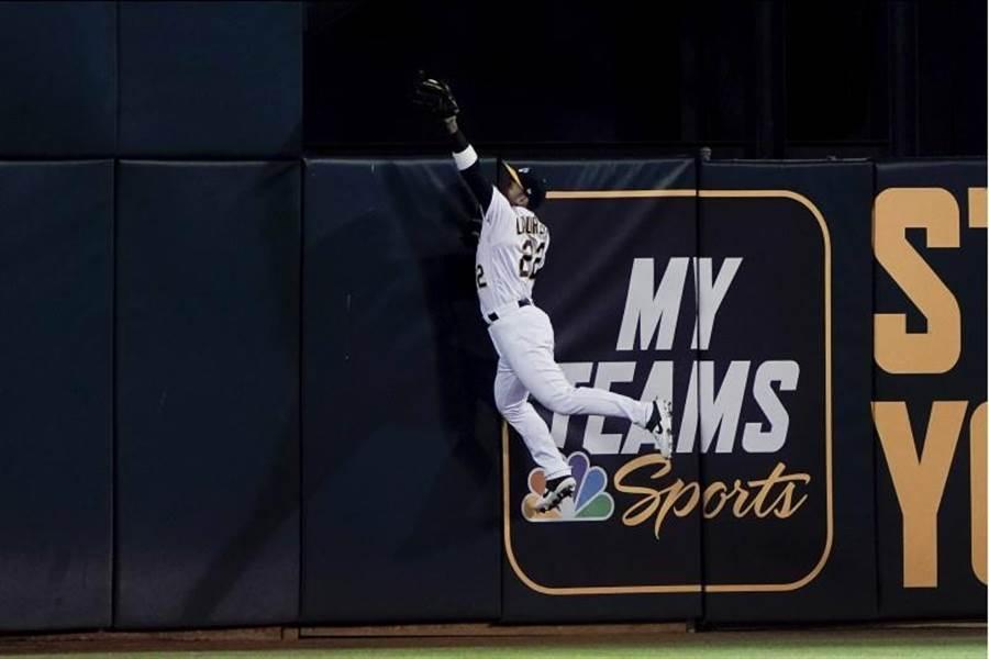 運動家中外野手羅瑞亞諾6局上演出沒收全壘打美技。(路透)