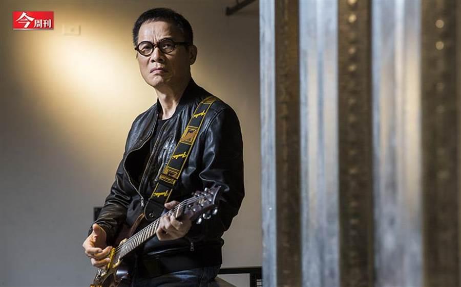65歲的羅大佑不太戴墨鏡了,可是,他還是抱著吉他,與歌迷站在一起,雖然有些想法不再那麼篤定,但音樂依然是信仰。(圖/今周刊提供)