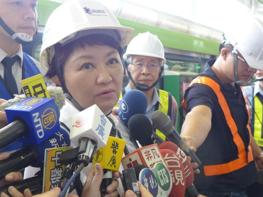 台中市長盧秀燕視察捷運綠線,針對台中機場被定位為廉航機場,強調自己不會為政治和諧而妥協。(林欣儀攝)