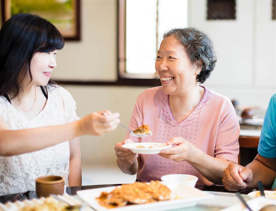 母親節帶媽媽到RE聯盟店家用餐,可以現拿最高4%現金回饋,消費愈多送愈多。(RE提供)