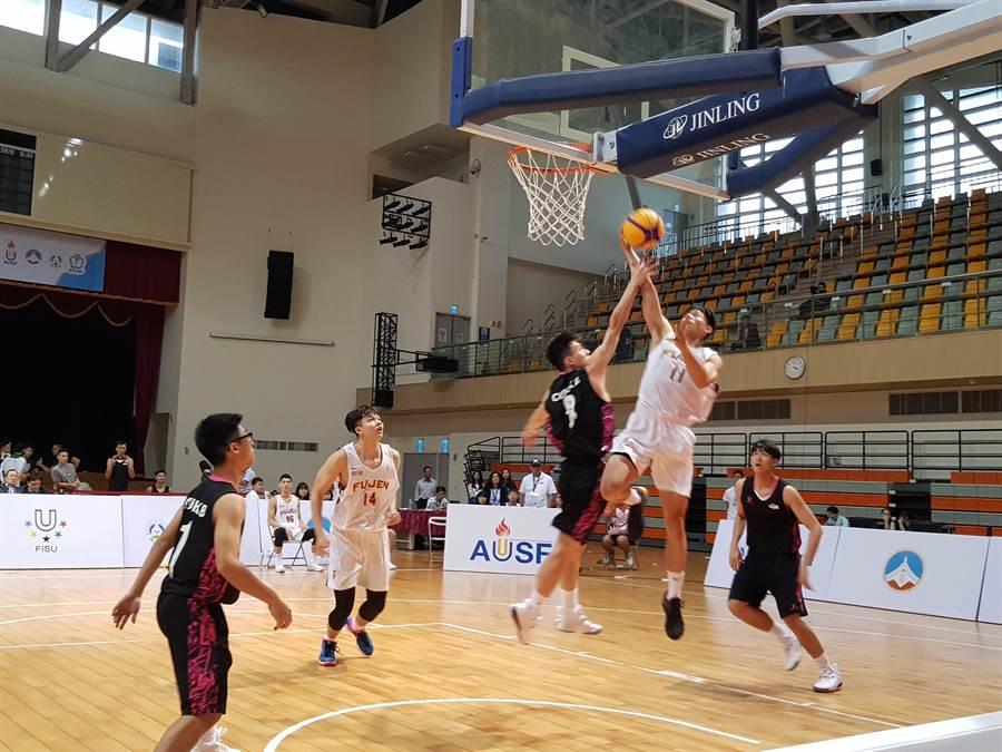亞洲大學三對三籃球錦標賽今天點燃戰火,四支地主隊五首場小組賽都告捷。(陳筱琳攝)