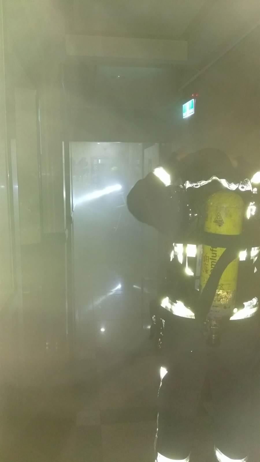 中市黎明路某大樓住戶,因除濕機短路自燃,頓時屋內煙霧瀰漫。(黃國峰翻攝)
