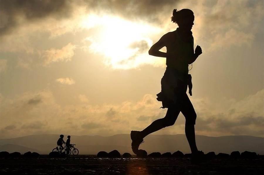 美國哈佛大學研究指出,壽命長短可以操之在己,做5件事就能50歲後繼續健康,一直到老。(圖/pixabay)