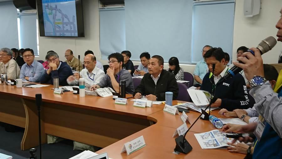 新北市長侯友宜(前排左6)再度出席環評大會,惟再度鎩羽而歸。(廖德修攝)