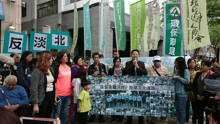 反對淡北道路的環保團體,今天也到環保署前發言。(廖德修攝)
