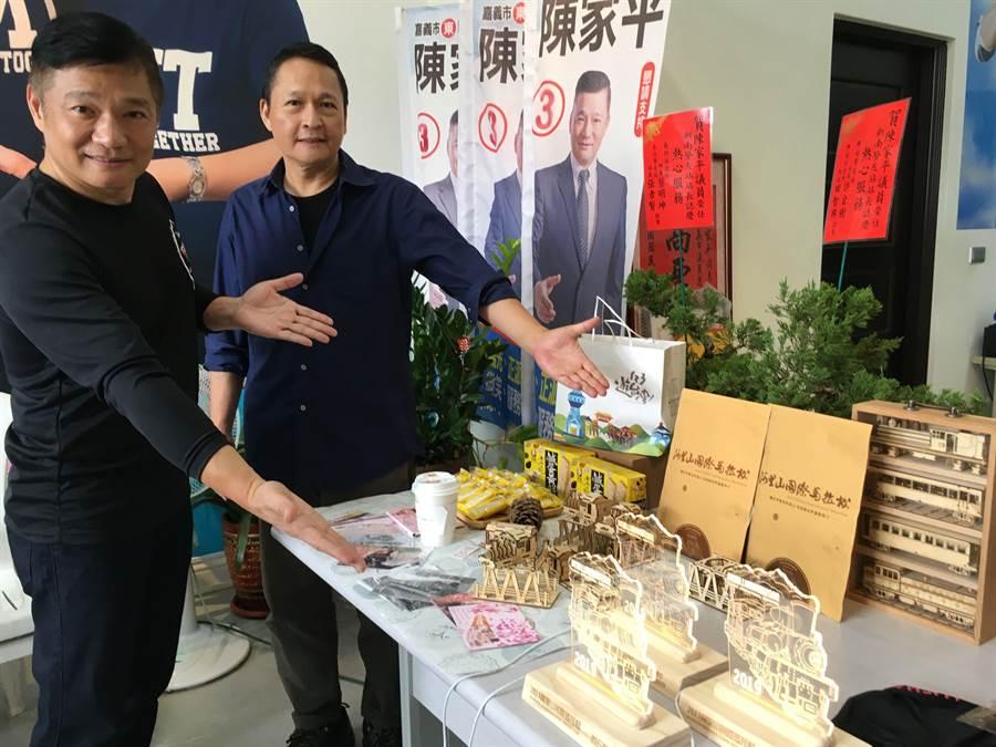 嘉義市議員陳家平(左 )、導演蔡一峰歡迎愛跑者參加路跑,可獲贈阿里山意象的紀念品。(廖素慧攝)