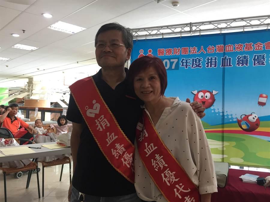 捐血夫妻檔陳傳旺及莊月琴捐血至今已滿40年,兩人要「捐到不能捐為止」也呼籲年輕人站出來接棒。(張亦惠攝)