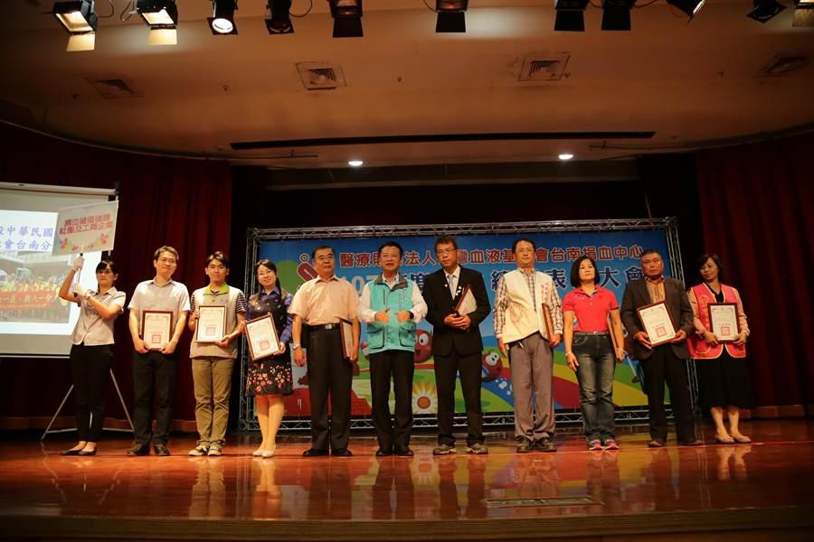 台南捐血中心8日下午在嘉義縣創新學院舉辦年度捐血表揚活動,現場超過400位民眾參加,縣長翁章梁也到場共襄盛舉。(張亦惠攝)