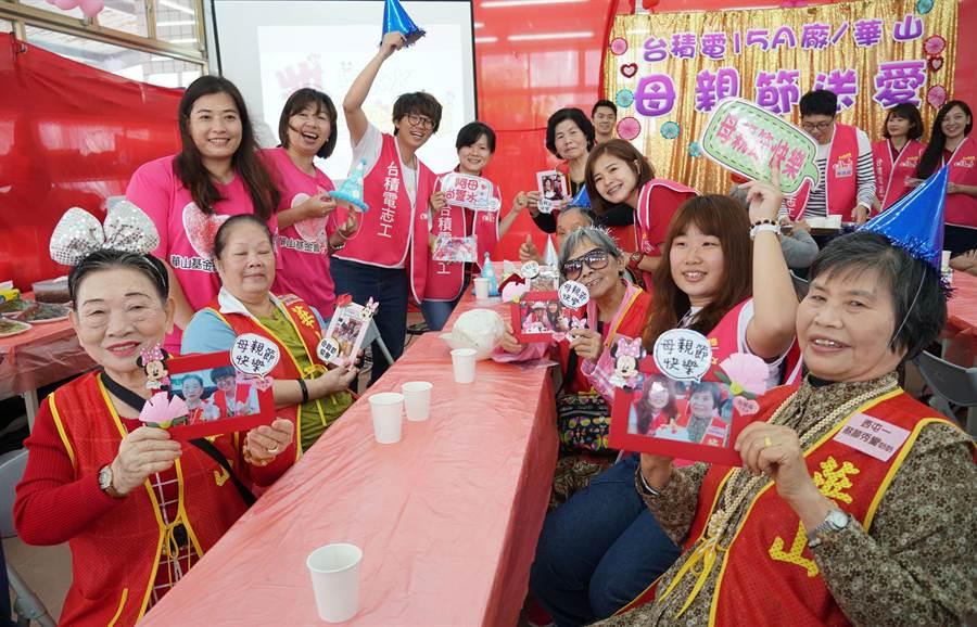 台積電15A廠8日發起「母親節送愛,端午送愛心」活動,台積志工陪著華山基金會服務的20位獨居阿嬤,提前慶祝母親節,讓阿嬤們度過愉快的母親節。(黃國峰攝)