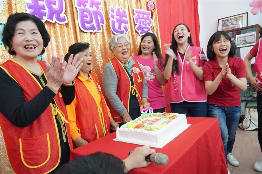 台積志工與阿嬤們一起唱生日快樂歌,大家樂開懷。(黃國峰攝)