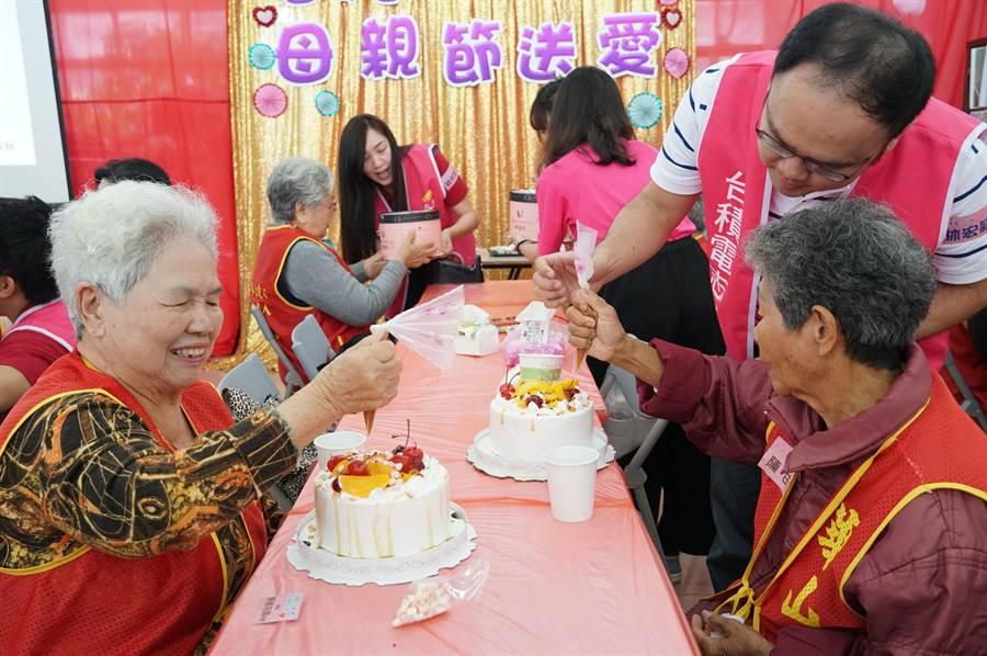 阿嬤們在志工的協助下,給自己做個獨一無二的母親節蛋糕。(黃國峰攝)