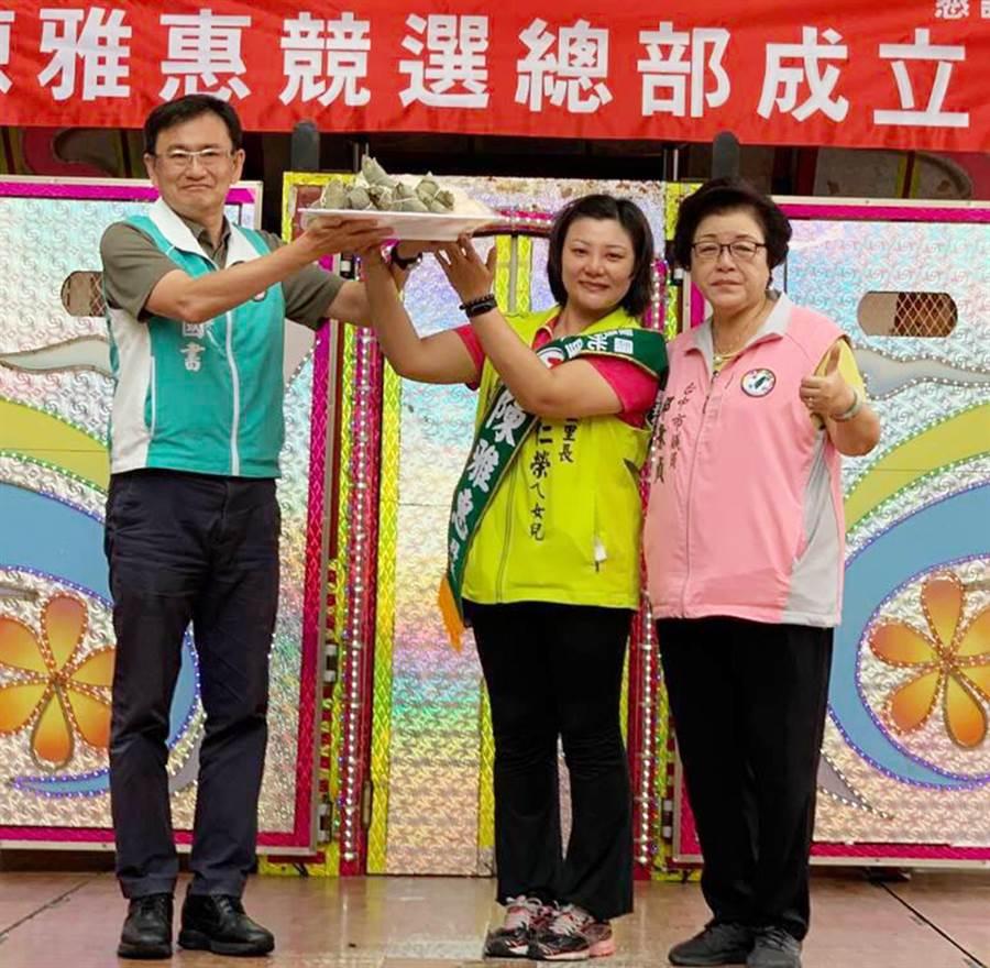 立委黃國書(左)力挺陳雅惠參選台中市國光里長。(陳世宗翻攝)