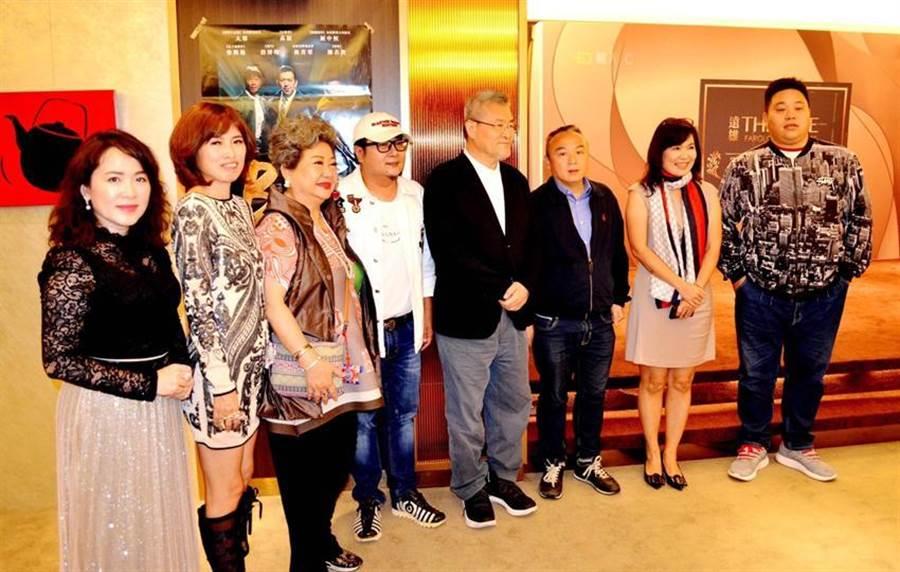 (這項電影見面會邀請出品人原虹企業董事長楊香娥 (左二)、觀光局長潘恆旭(右二)等人參加。圖:業者提供)