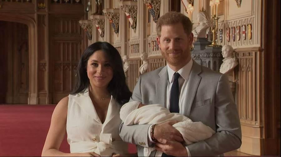 哈利與梅根帶著新生的王室成員與大家見面。(圖/youtube)