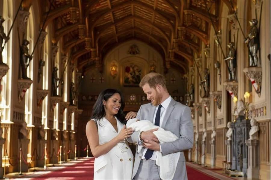 哈利王子與梅根王妃帶著王室新成員與大家見面。(圖/美聯社)