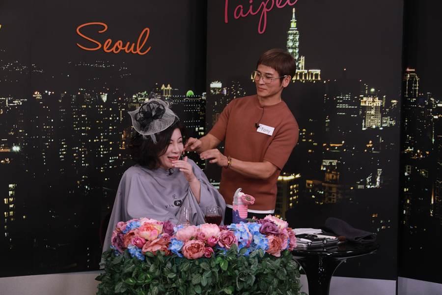 陳文茜在網路直播節目中,由來賓Tony現場設計新髮型。(Yahoo TV提供)