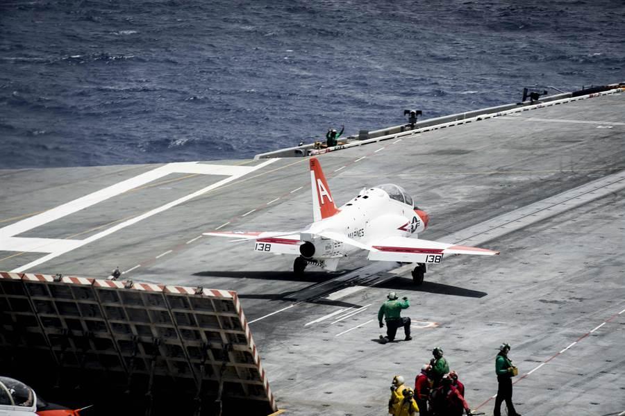 美國海軍與陸戰隊所使用的T-45教練機,用以訓練艦載戰機飛行員進行航母甲板起降。(圖/美國海軍)