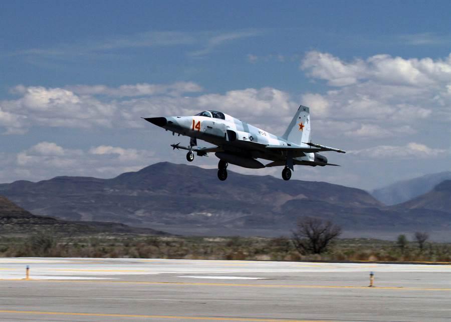 美海軍與陸戰隊使用的F-5戰機,演習時做為模擬敵機使用。中華民國空軍亦曾使用相當長一段時間。圖為美國海軍至今仍在使用的F-5戰機。(圖/美國海軍)
