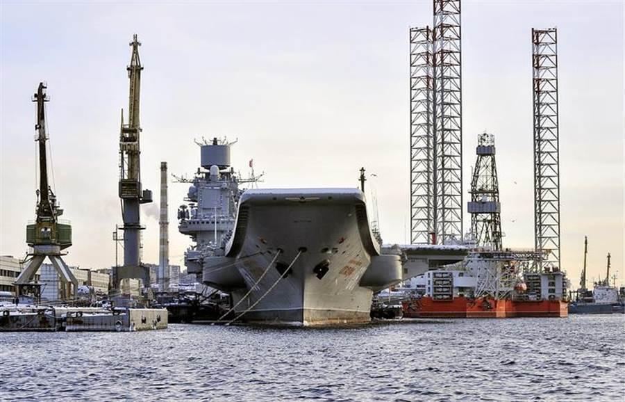 俄羅斯將於2023啟動首艘核動力航母研發,排水量預計為7萬噸。圖為目前俄海軍唯一現役柴油動力航母庫茲涅佐夫海軍上將號,去年在進廠大修時發生意外,至今仍停泊港內待修,預計2021完工。(圖/塔斯社)