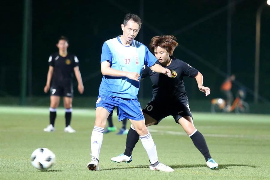 台北國際陳品卉(右)與飛馳球員卡位搶球。(李弘斌攝)