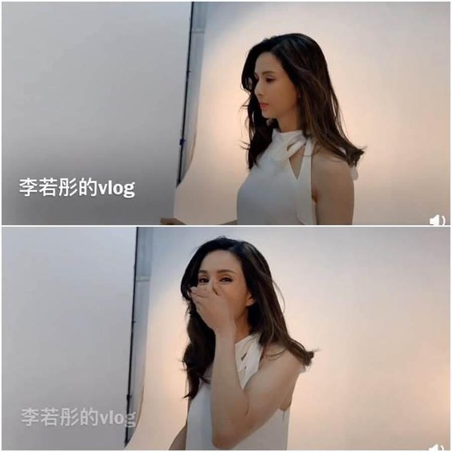 李若彤穿禮服深蹲到一半被偷拍,捂臉害羞笑。(圖/翻攝自微博)