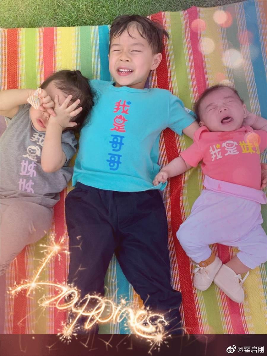 霍啟剛日前PO出3兒女合照,證實老婆平安誕3胎。(取自霍啟剛微博)