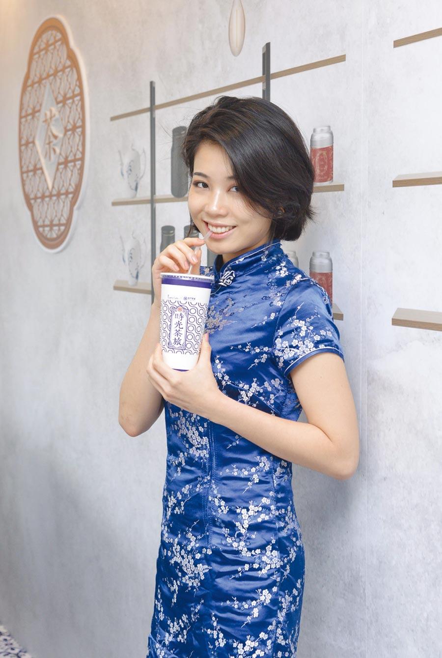 全家攜手台灣農林推出「時光茶旅」系列聯名茶飲,有「仙女紅茶」、「仙女醇奶茶」兩款中式茶飲,將於5月8日全台開賣。圖/全家提供