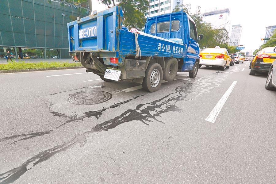 上月花蓮發生規模6.1地震,一度謠傳北市松仁路面裂開,實際是採新材料修補工法,並無龜裂情事。(本報資料照片)