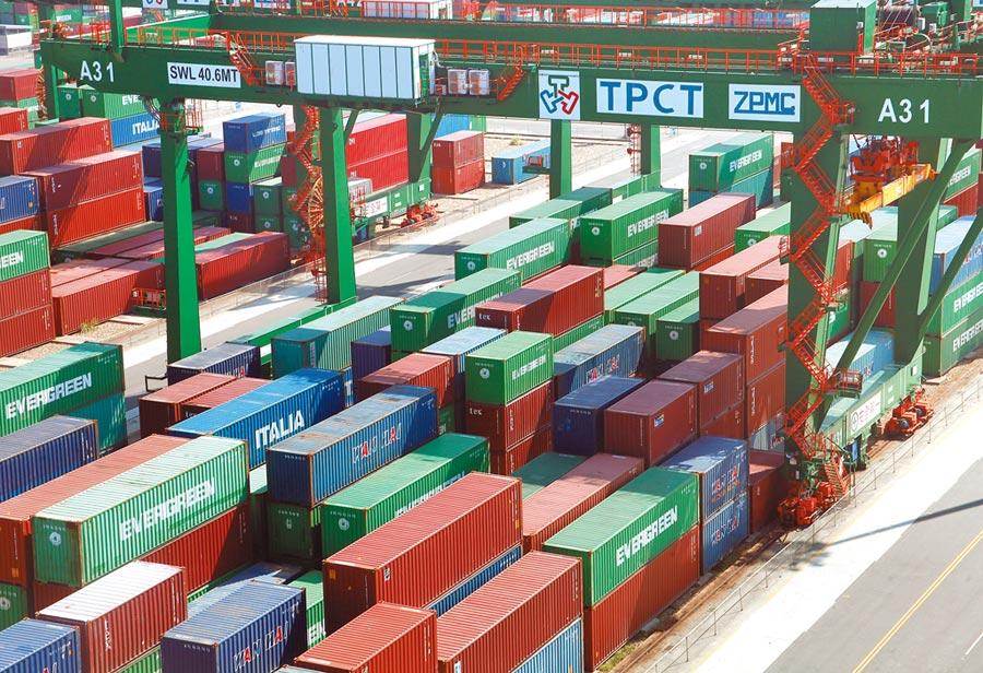 財政部公布4月進出口統計,4月出口金額為258.3億美元,為連續6個月負成長,創22個月來新低。圖為台北港貨櫃碼頭區。(本報資料照片)