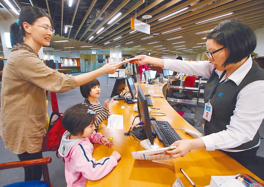 教育部昨表示,年底前將選定台灣圖書館(位在新北市中和)及台中公共資訊圖書館試辦「公共出借權」,民眾向圖書館借一本書,政府就付補償金給出版社及作家,以提振國內出版業。(陳怡誠攝)
