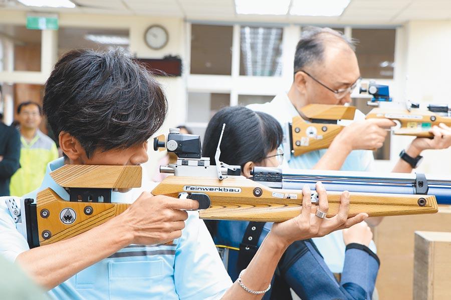 新北副市長謝政達(右)及金鐘主持人阿翔(左),7日到林口高中體驗特色射擊課程,阿翔現場提出PK,要證明自己的功夫。(吳亮賢攝)