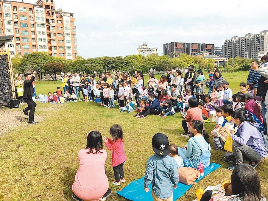 新竹縣生育率名列前茅,常見家長帶幼兒參與活動,縣議員羅美文認為,公幼比例偏低應增設。(資料照,莊旻靜攝)