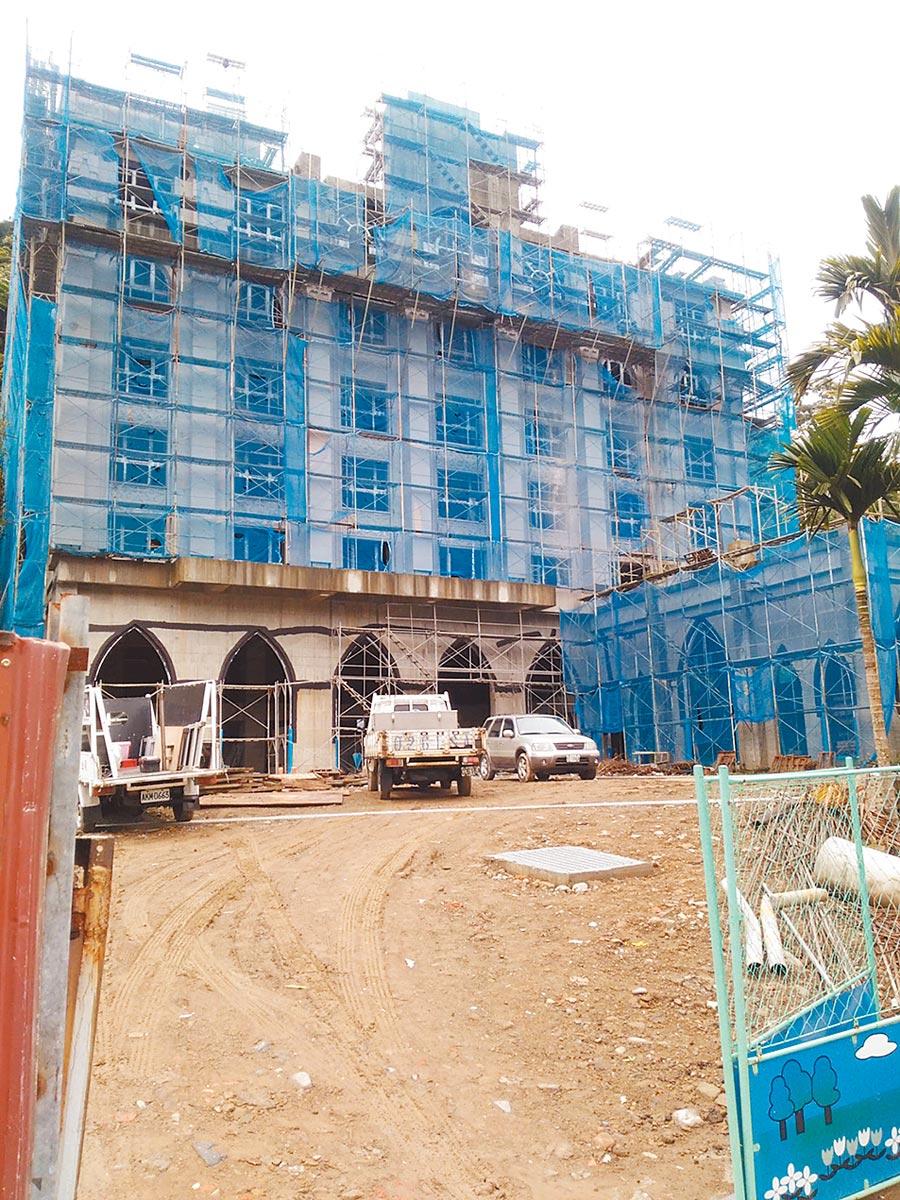 南庄歐式格拉斯飯店爭議多,疑似以住宅申請避環評,許多議員直呼離譜。(何冠嫻翻攝)