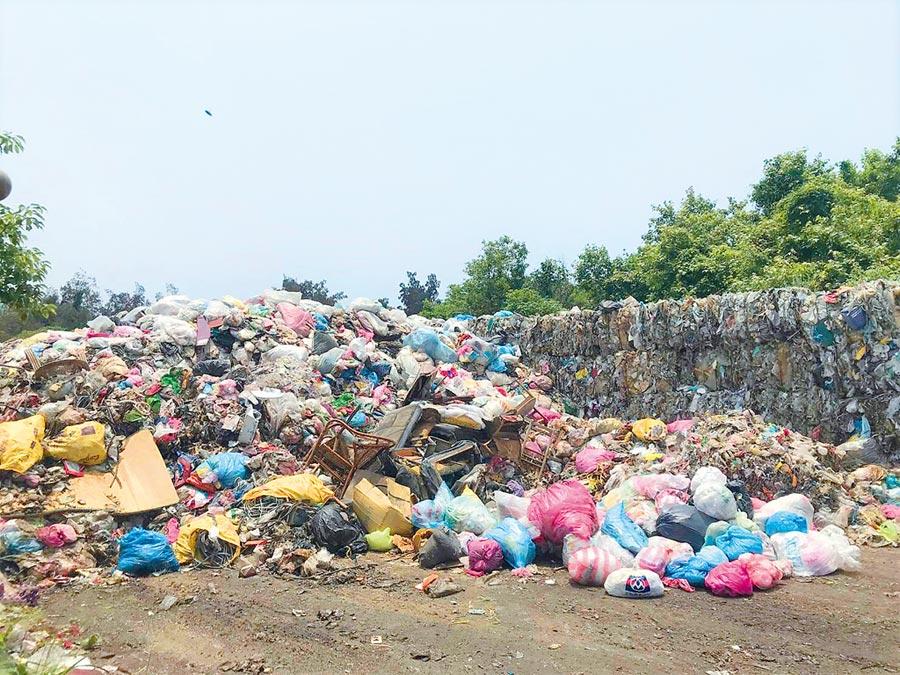 被堆置在湖口鄉清潔隊的垃圾,是被資源回收商運回的雜塑膠、雜質,堆置量約3000公噸,影響當地環境。(吳淑君提供)