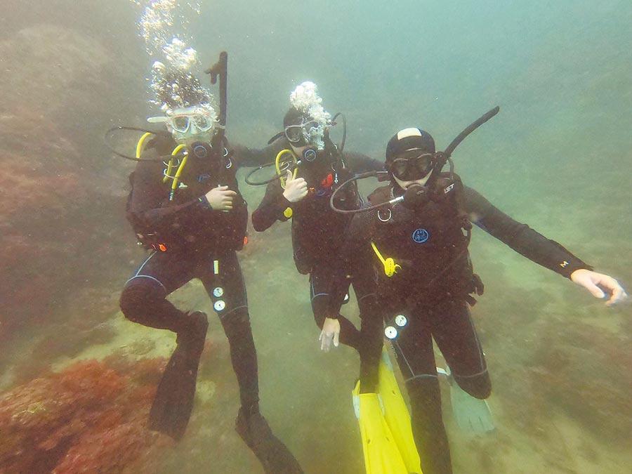 為了減少海洋垃圾,桃園市環保局成立環保潛水隊,起初先由公部門20人報名,預定1年會進行海底垃圾清除作業。(賴佑維翻攝)