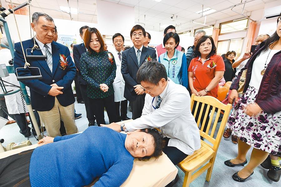 魚池鄉埔榮物理治療所的啟用,讓家住魚池街區、76歲的吳阿夏,每次前往醫院作復健的交通時間,從來回1個半小時縮短為來回5分鐘。(沈揮勝攝)