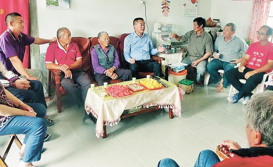 已宣布參選雲林縣海線立委的雲林水利會長林文瑞(右四)舉行的座談會,即使是小型的客廳會,他都親自聽取基層的心聲與建議。(許素惠攝)