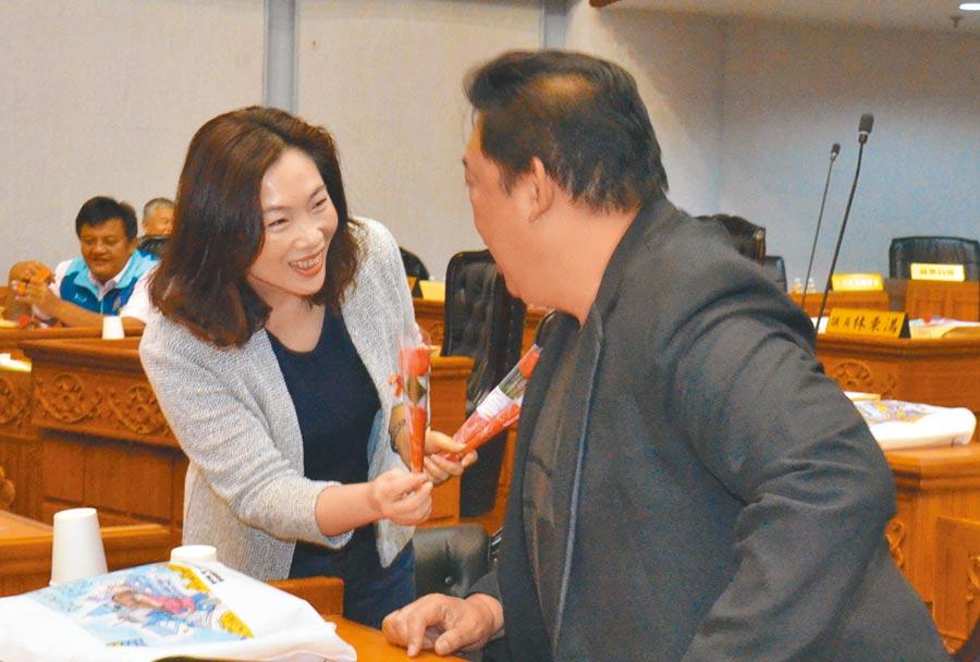 台東縣議長吳秀華(左)準備康乃馨送給每位議員及縣府一級主管。(莊哲權攝)