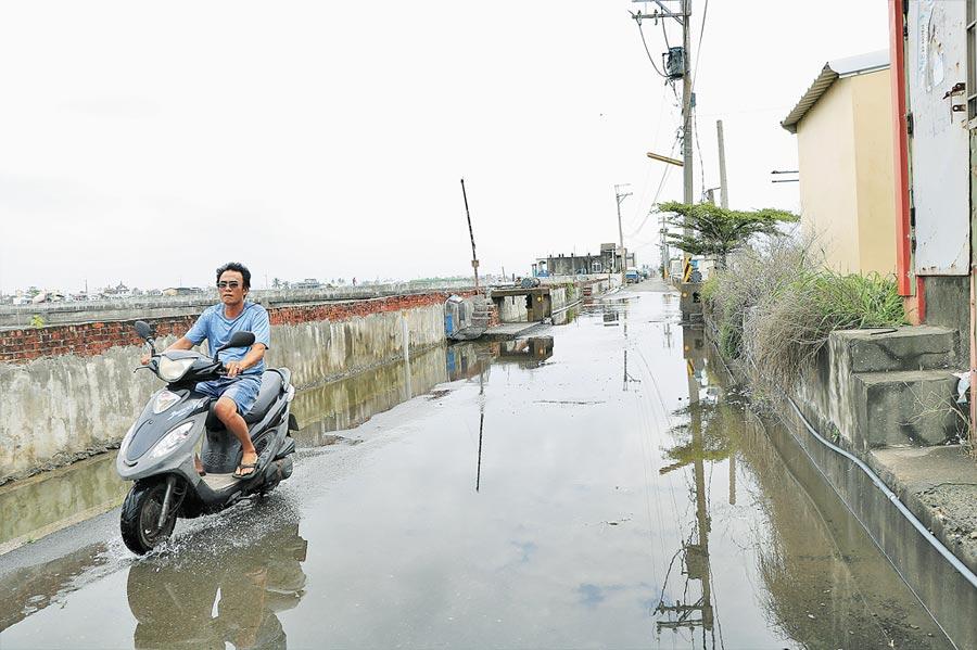 位在佳冬鄉的塭豐養殖漁業生產區地勢低於海平面,每月漲潮時總是「我家門前有小河」的窘境。(謝佳潾攝)