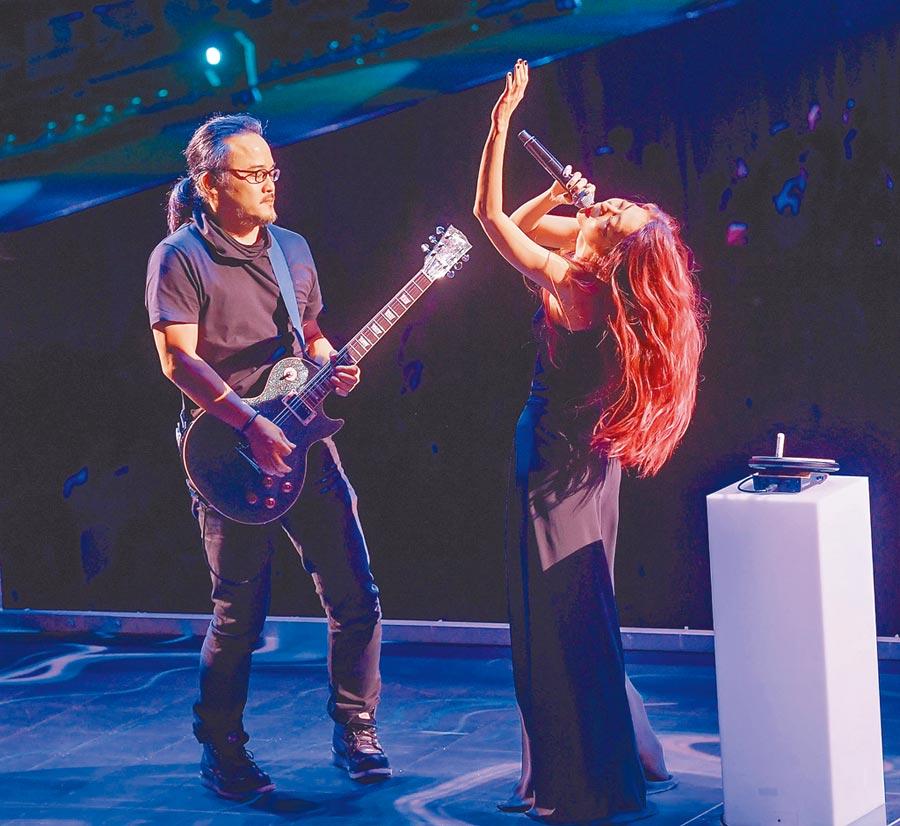 陳綺貞(右)年初在小巨蛋開唱,鍾成虎為她吉他伴奏。(資料照片)