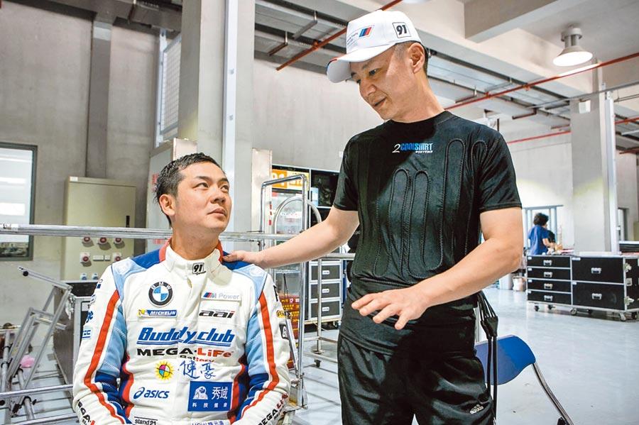 姚元浩(左)發生車禍當下十分難過,他的賽車手學長陳軍華安慰及鼓勵他。