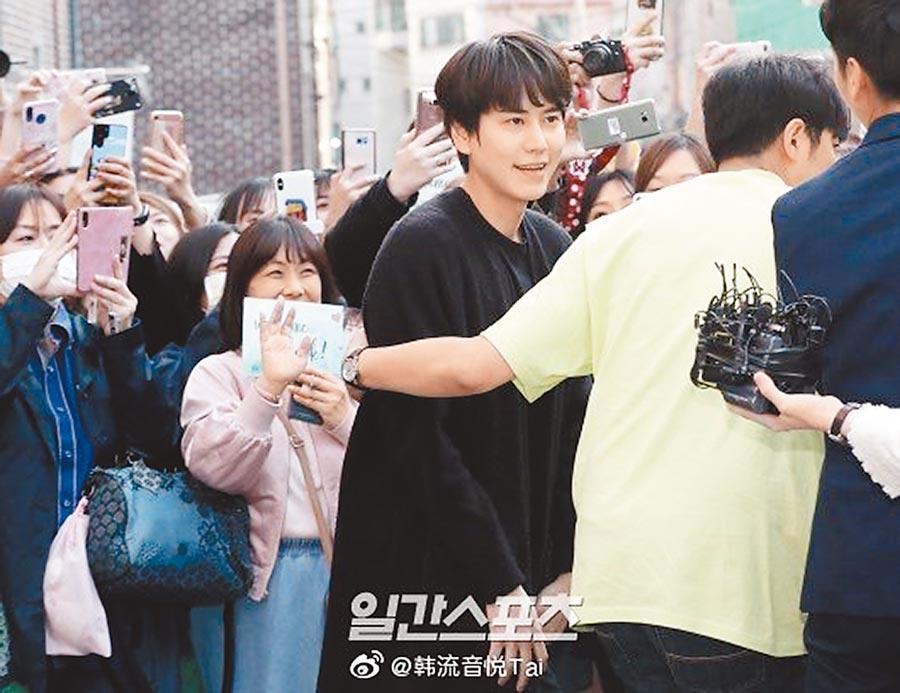 圭賢(中)退伍受到粉絲們夾道歡迎。(翻攝自微博)