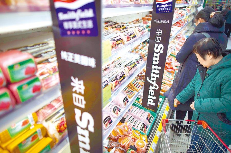 美國總統川普誓言保護美國商業。圖為2016年3月8日,太原民眾在超市選購美國進口商品。(中新社)
