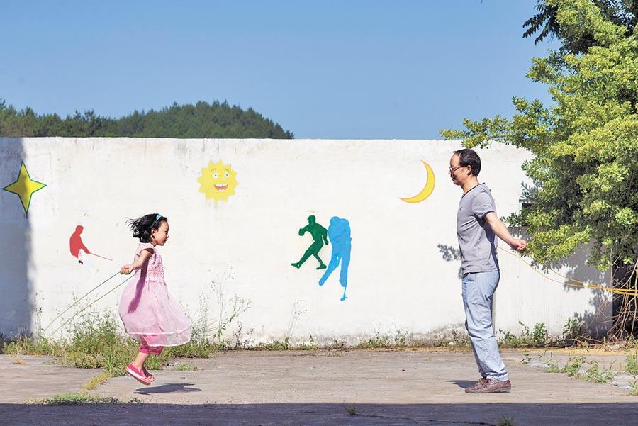 師生在課間休息時跳繩。(新華社資料照片)