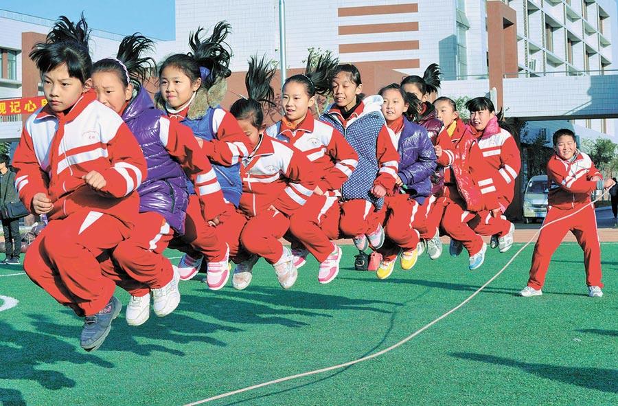 濟南中小學班級聯賽,學生在進行集體跳繩比賽。(新華社資料照片)