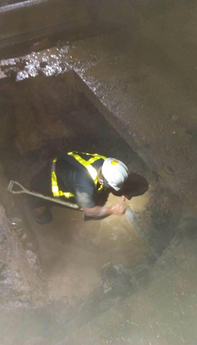 台水公司派員漏夜搶修,經過3天努力找到漏水點。(王文吉翻攝)
