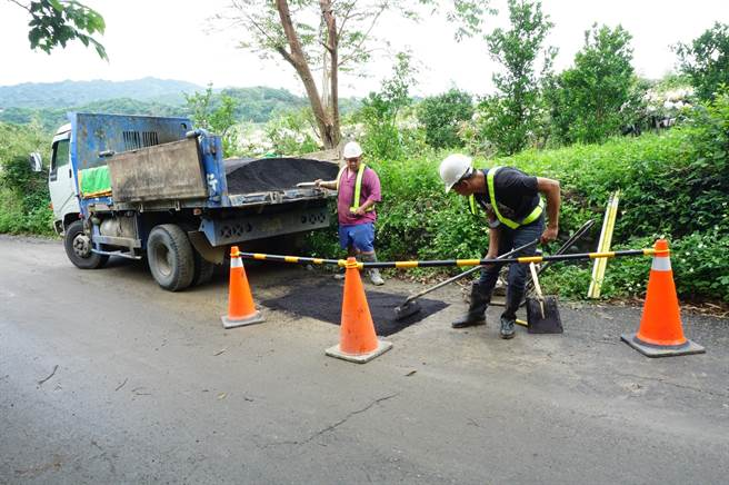 台水公司開挖路面,修復破裂管線,工人回補柏油。(王文吉攝)