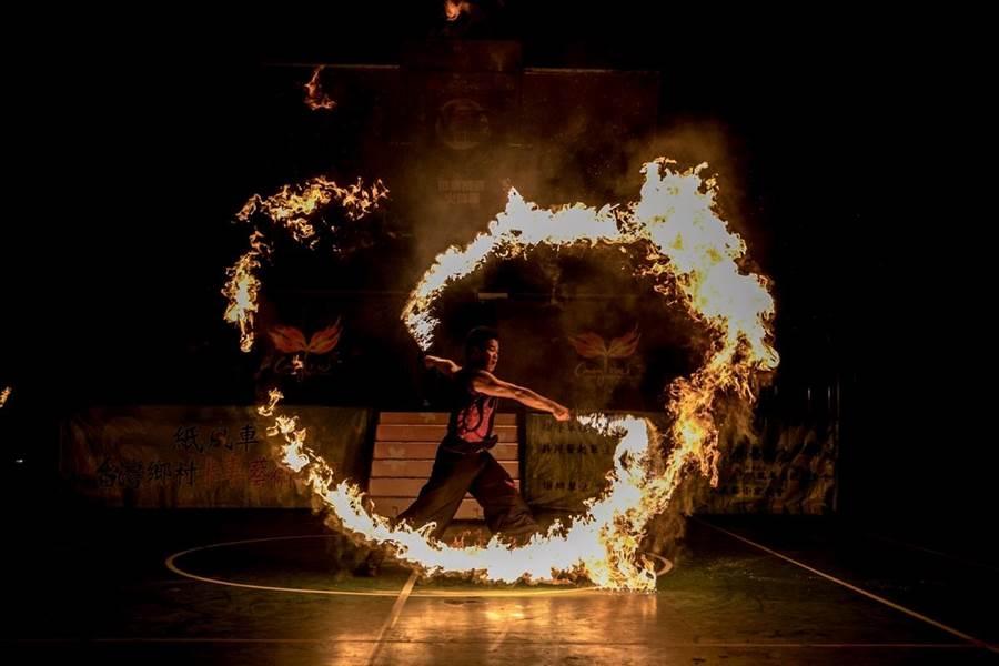 曾登上《央視春晚》的「即將成真火舞團」,在台灣而教教育基金會及紙風車劇團的協助下,將以藝術卡車形象分別於10、11日在恆春國中、潮州國中登場。(屏縣府提供)