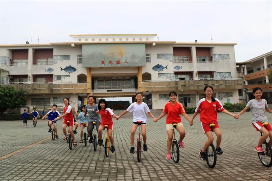 東光國小是東港鎮最年輕的小學,校齡僅17年,但充滿朝氣的校風已然吸引不少目光,就如同初創校長所寫下的校歌,不僅如情歌般浪漫、更令人不得不愛上這輕鬆自在的校園。(謝佳潾攝)
